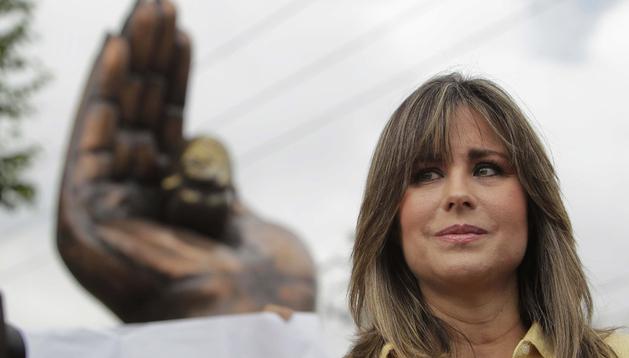 La presidenta de Sí a la Vida, Julia Regina de Cardenal, habla durante una rueda de prensa frente al monumento