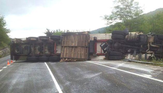 El camión volcado en la N-121-A, en Santesteban.