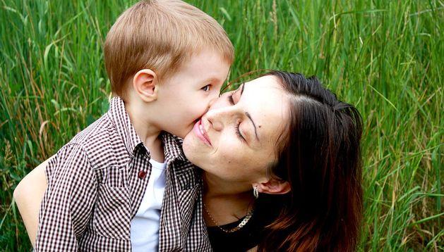 Un niño besa a su madre.