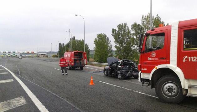 Estado en el que quedó el vehículo de la víctimas tras la colisión poco antes de llegar al peaje de Imárcoain