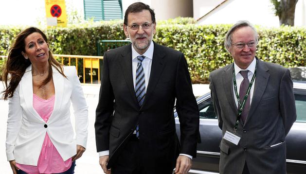 El presidente del Gobierno, Mariano Rajoy (centro), a su llegada al Círculo de Economía junto a Josep Piqué (dcha.) y Alicia Sánchez Camacho (izda.)
