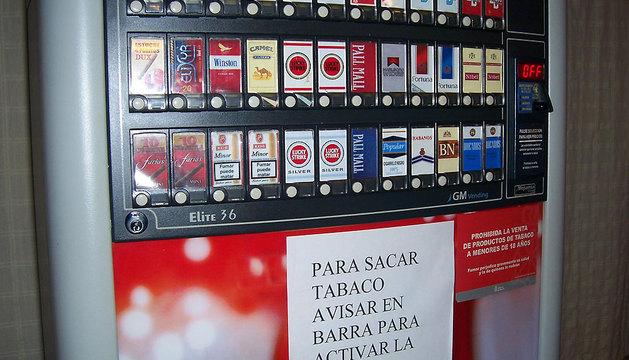 Una máquina de tabaco, con las distintas marcas que ofrece y con la advertencia de control a menores.