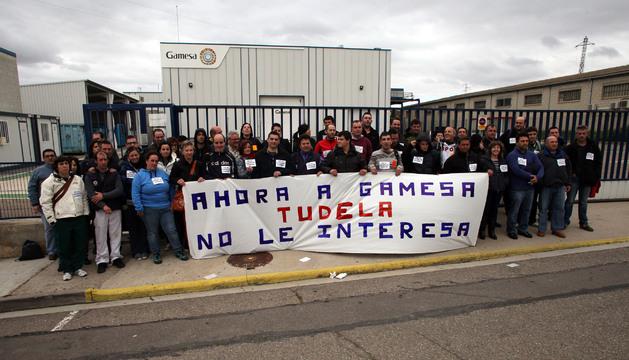 Parte de la plantilla detrás de una pancarta para protestar por la situación