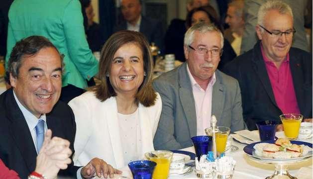 La ministra de Empleo, Fátima Báñez (2i), junto al presidente de la CEOE, Juan Rosell (i); el secretario general de CCOO, Ignacio Fernández Toxo (2d), y el coordinador federal de IU, Cayo Lara (d).