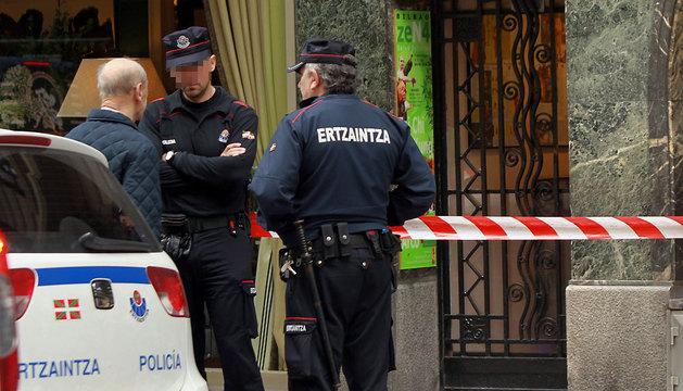 La Policía científica de la Ertzaintza inspecciona el gimnasio de Bilbao en el que han aparecido restos humanos.