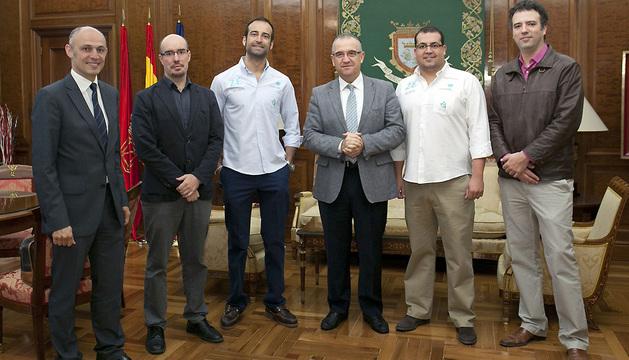 Maya recibe en el Ayuntamiento de Pamplona la visita de dos geógrafos del proyecto 'Mi Ciudad Inteligente'.