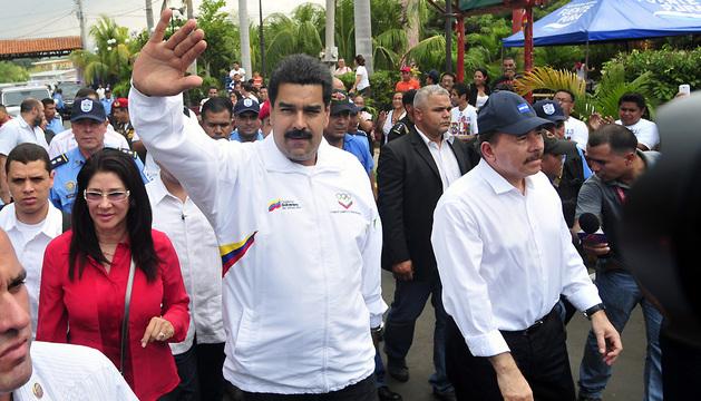El presidente de Venezuela, Nicolás Maduro, saluda junto al presidente de Nicaragua, Daniel Ortega, en Managua (Nicaragua).
