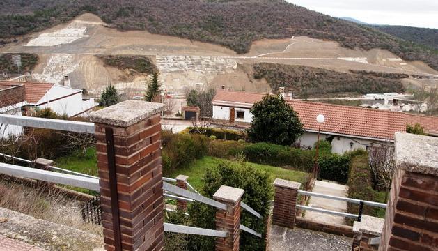 Urbanización Lasaitasuna, semi-desalojada por el deslizamiento de la ladera derecha del embalse de Yesa.