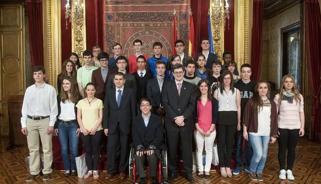 El consejero Iribas, con los estudiantes premiados en los distintos certámenes.