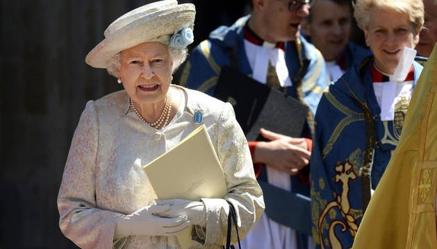 Isabel II abandona la abadía de Westminster.
