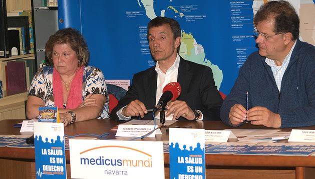 El presidente de la ONG en Navarra, Ignacio Oficialdegui; el director Alfredo Amilibia y la secretaria de la Junta en Navarra, Mirentxu Cebrián