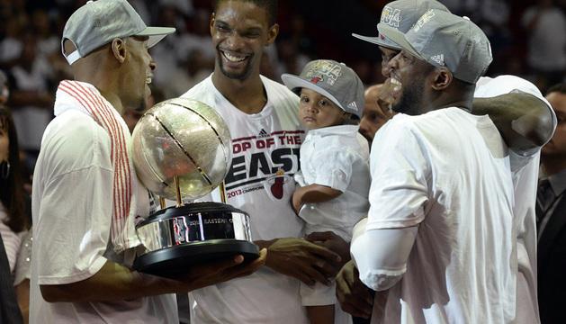 De izquierda a derecha, Ray Allen, Chris Bosh, LeBron James y Dwyane Wade de los Miami Heat celebran el triunfo.