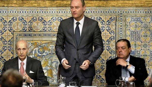 El presidente ejecutivo de la Fundación de los premios Jaime I, Santiago Grisolía (i), da a conocer el fallo en las distintas categorías.