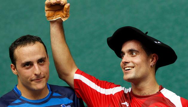 Oinatz Bengoetxea (dcha) logró la última txapela del Campeonato del Cuatro y Medio Navarro tras vencer a Martínez de Irujo en la final
