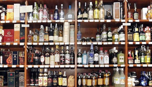 Botellas de bebidas alcohólicas en un comercio pamplonés.