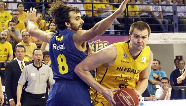 El pívot del Herbalife Gran Canaria, Uros Slokar (dcha.), intenta avanzar ante la defensa de Víctor Sada, del FC Barcelona Regal, durante el tercer partido de la semifinal