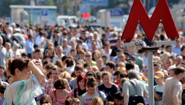Centenares de personas esperan en la estación de Komsomolskaya a que reabran el metro.