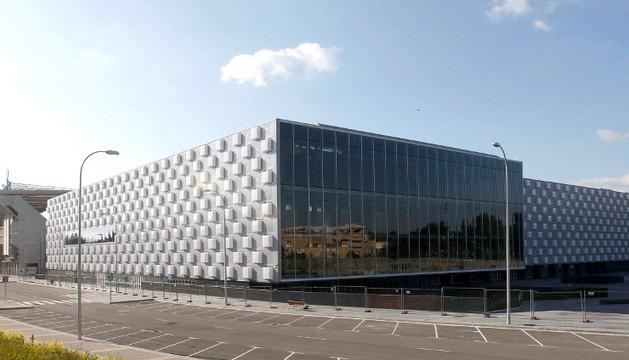 Aspecto del nuevo vial que transcurre por la parte trasera del pabellón Reyno Arena y la nueva plaza creada a la derecha.