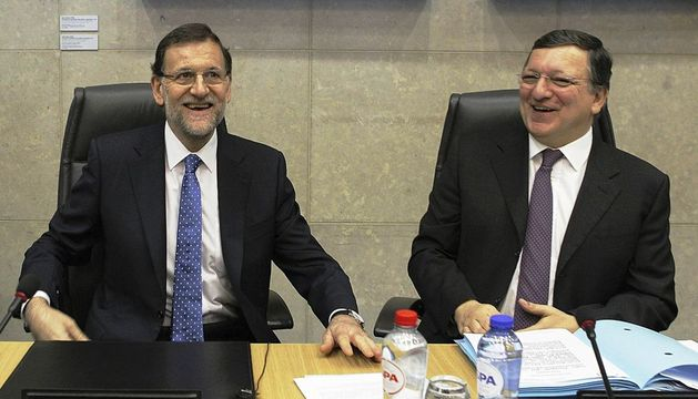 El presidente del Gobierno español, Mariano Rajoy, acompañado por el presidente de la Comisión Europea, José Durao Barroso, al inicio de la reunión con el Colegio de Comisarios de la Comisión Europea.