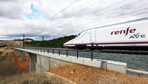 El tren Talgo-Bombardier S-112 durante el primer viaje en pruebas del AVE Madrid-Valencia