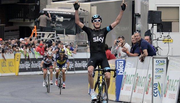 Chris Froome entra victorioso en línea de meta por delante de Busche y Contador