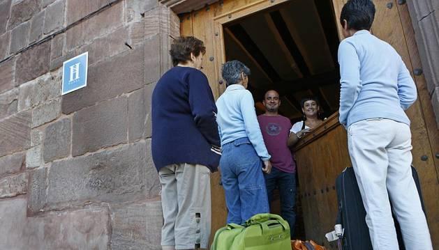 Turistas llegando a un establecimiento rural en Sorlada