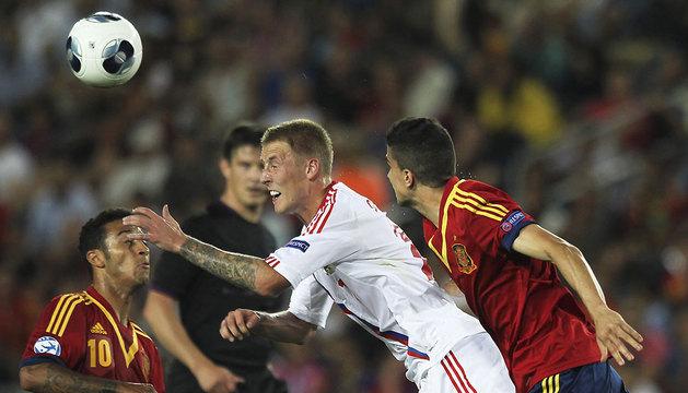 Thiago Alcantara (i) lucha por el balón con el ruso Maksim Grigoryev.