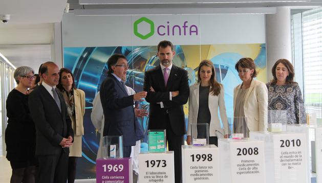 Don Felipe y Doña Letizia visitan una exposición de medicamentos en Cinfa
