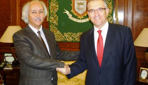 Saludo de Enrique Maya y el ministro saharaui de Cooperación, Brahim Mojtar.