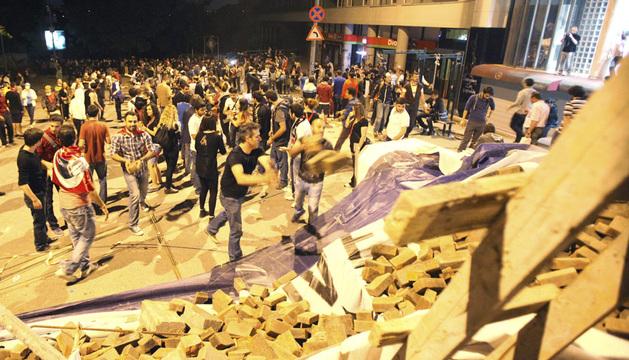 Manifestantes construyen una barricada con ladrillos y piedras en una calle en Estambul este jueves.