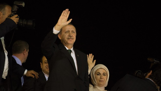 El primer ministro turco, Recep Tayyip Erdogan (i), y su esposa, Emine, saludan a sus seguidores.