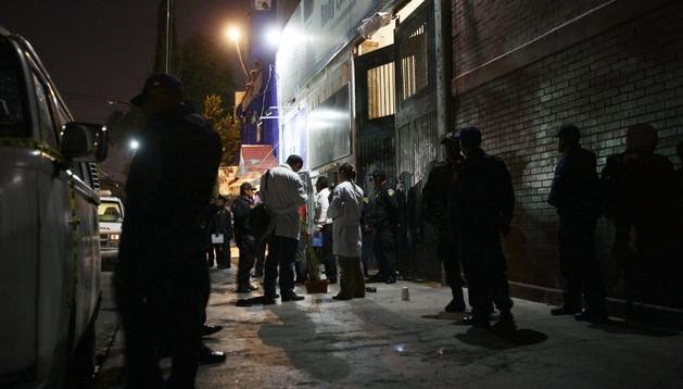 Agentes policiales vigilan el gimnasio en el que se produjo el tiroteo en el barrio de Tepito, en Ciudad de México
