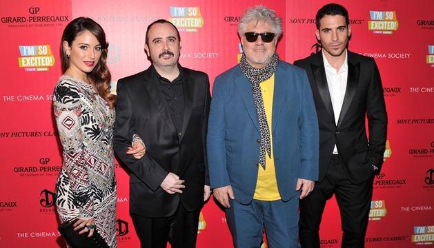 Parte del equipo de Los Amantes Pasajeros, en el estreno en Nueva York