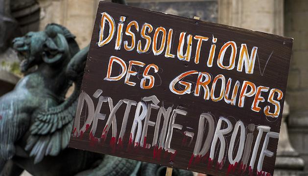 Varias pancartas pedían la disolución de los grupos de extrema derecha en un acto en memoria del joven Clément Méric