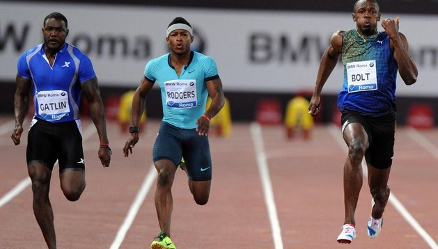 Gatlin (izda) batió a Usain Bolt en Roma