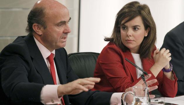 La vicepresidenta del Gobierno escucha al ministro de Economía durante la rueda de prensa posterior al Consejo de Ministros