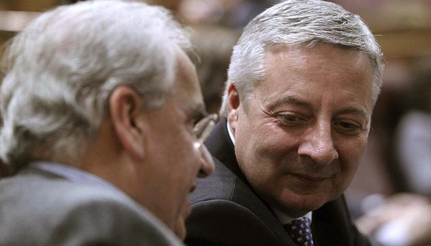José Blanco conversa con el también diputado del PSOE Alfonso Guerra en un pleno del Congreso en febrero pasado.