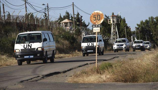 Soldados de la ONU llegan a uno de los cuarteles de la organización en el paso fronterizo de Quneitra.