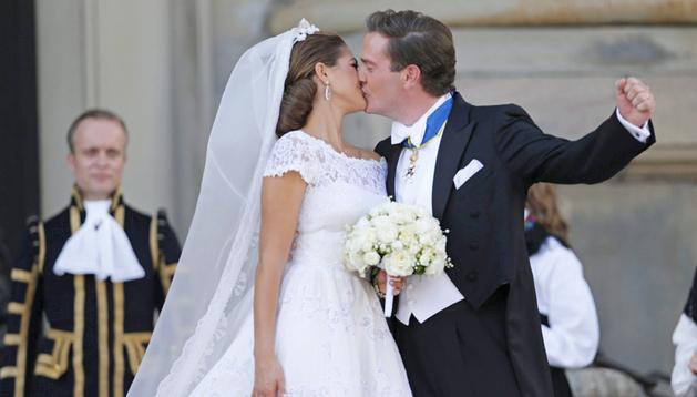 La princesa Magdalena de Suecia besa a su ya esposo, Christopher O'Neill, tras darse el