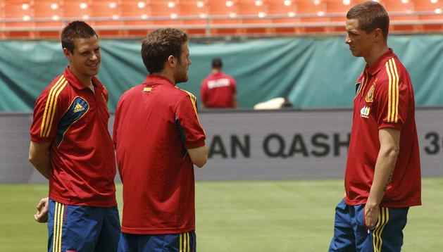 Los jugadores del Chelsea en la selección española, César Azpilicueta (izda.), Juan Mata (centro) y Fernando Torres (dcha.) conversan antes del partido