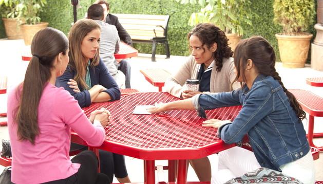 Imagen de una escena de la serie que produce Eva Longoria