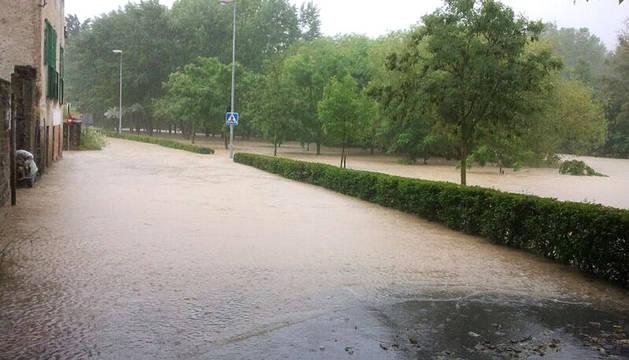 El río Arga ha comenzado a desbordarse sobre las 6.46 horas a su paso por las localidades de Pamplona, Burlada, Villava y Huarte.