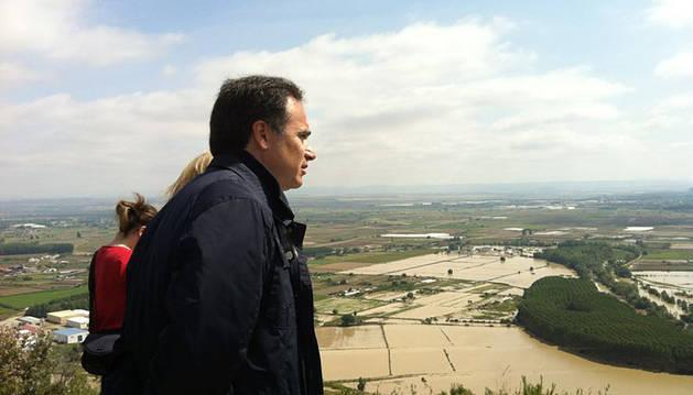 El presidente de la CHE, Xavier de Pedro, visitando Funes.