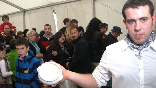Alberto Díez de Ulzurrun con uno de los cuencos de cuajada que él mismo elaboró, el domingo  en Alkotz.