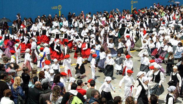 Un momento del festival que reunió a todos los grupos participantes en el frontón de la Ikastola Argia en Fontellas.