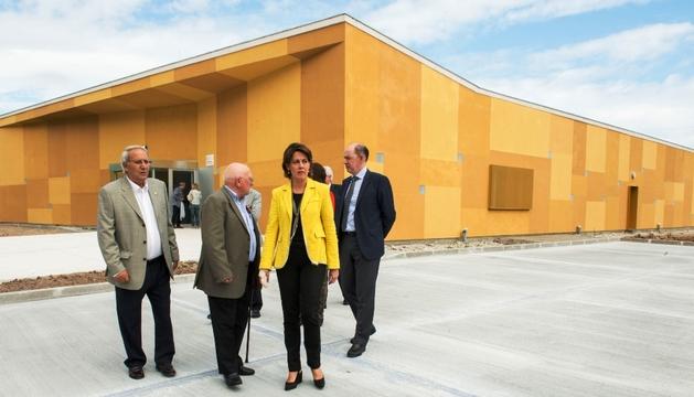 La Presidenta Barcina, junto al resto de autoridades, en el exterior del nuevo consultorio médico de Beriáin.