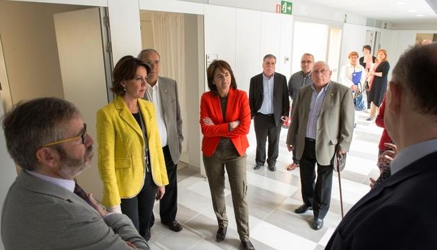 Barcina y Vera atienden a las explicaciones en el nuevo consultorio médico de Beriáin.