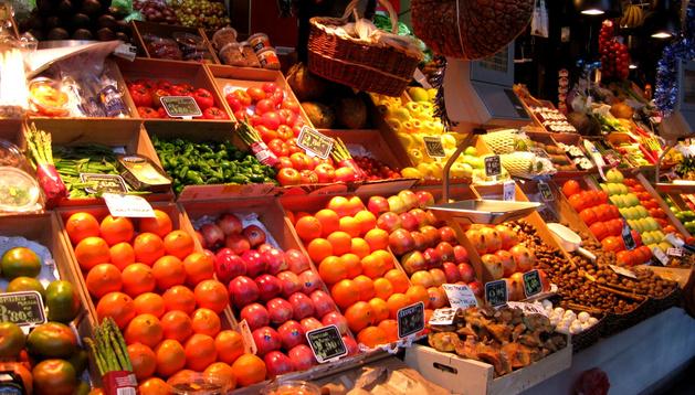 Un puesto de frutas en un mercado