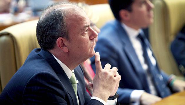 El presidente del Gobierno de Extremadura, José Antonio Monago, antes del comienzo del debate sobre la Orientación de la Política General del Gobierno de Extremadura, en el Parlamento autonómico