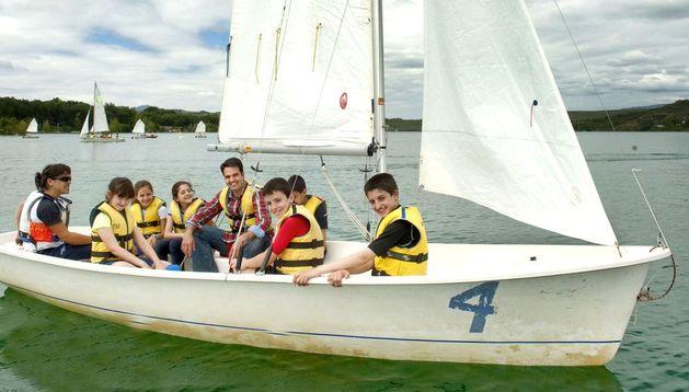 Escolares con el consejero Alli a bordo de una embarcación a vela.